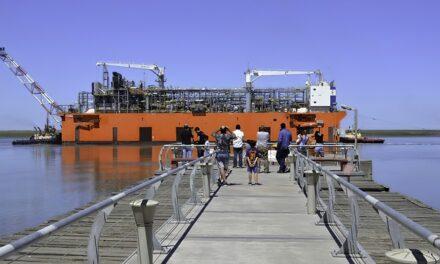 """YPF califica a la barcaza de GNL como el """"peor"""" contrato de toda su historia"""