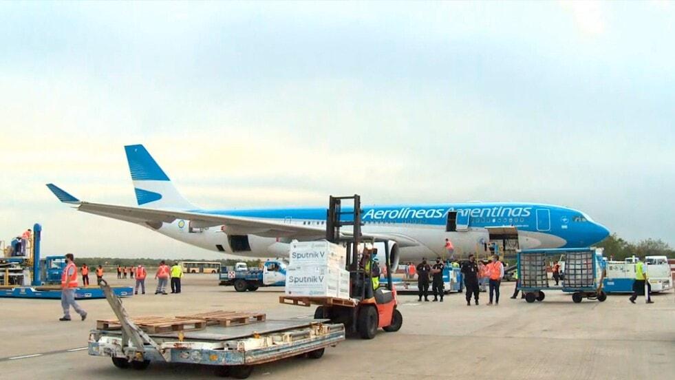 Llegó a Ezeiza el octavo vuelo de Aerolíneas Argentinas con 500 mil vacunas desde Moscú