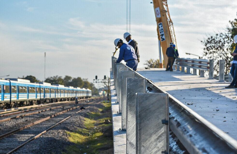 Trenes Argentinos instala el primero de los 13 puentes modulares sobre las vías del ferrocarril Sarmiento