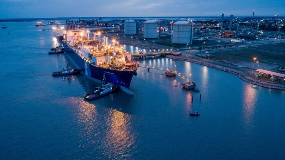 Ya comenzó a operar en el puerto de Bahía Blanca el regasificador Exemplar