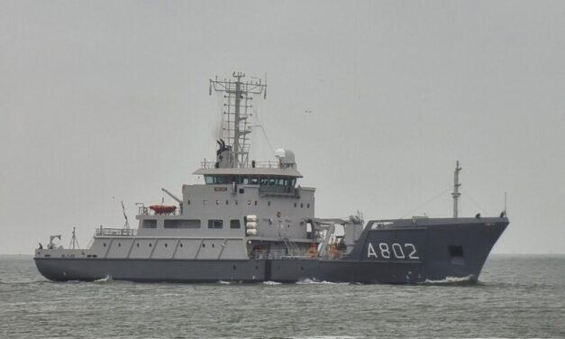 Buque HNLSM Snellius de la Royal Netherlands Navy recibe mantenimiento en el muelle cubierto de Damen Shiprepair