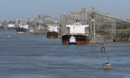 La bajante del río Paraná  obliga a los barcos a operar con un calado menor