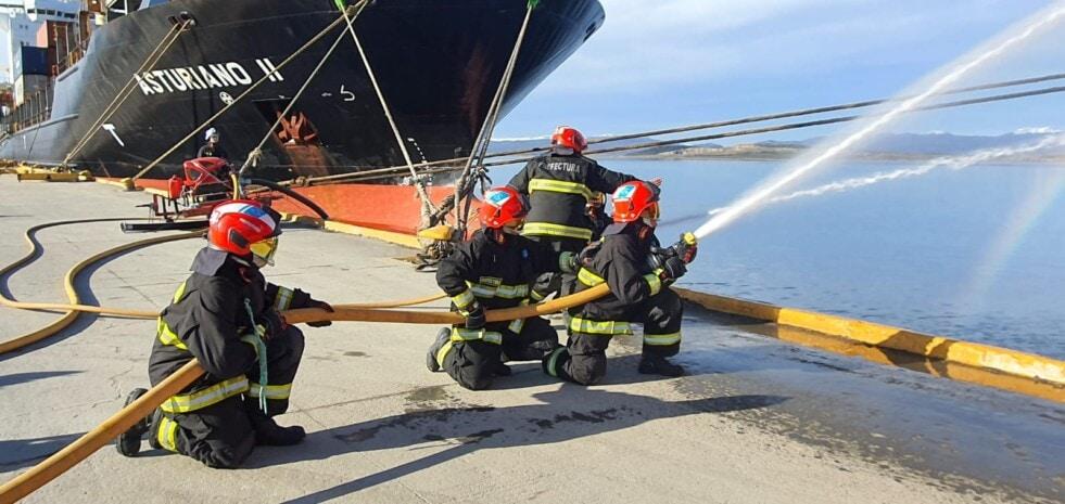 En Ushuaia practican simulacro de rescate e incendio en el puerto