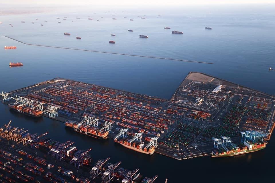 Decenas de barcos comerciales varados en las costas de California